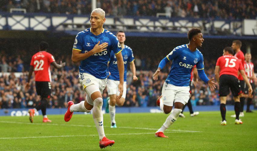 Richarlison retorna ao Everton com gol, assistência e vitória