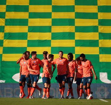 Com o uniforme laranja os Blues celebram unidos o gol da vito ria 1