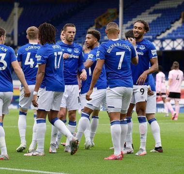 Richarlison celebra o gol contra o Leceister seu primeiro tento na volta da Liga Inglesa