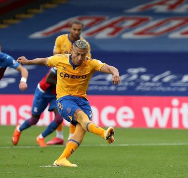 Richarlison marca o gol da vitória diante do Crystal Palace