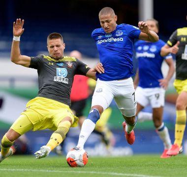Rick em disputa de bola no jogo contra o Southampton, que terminou em 1 x 1