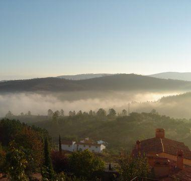 Vista de amanhecer na Serra de São Mamede e nevoeiro