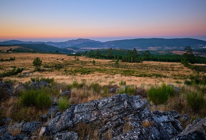 Vista para o castelo de Marvão do ponto mais alto da Quinta do Barrieiro durante o pôr do Sol - sunset