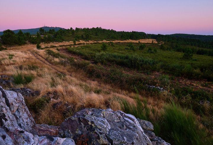 Vista para o pico da serra de São Mamede do ponto mais alto da Quinta do Barrieiro durante o pôr do Sol - sunset
