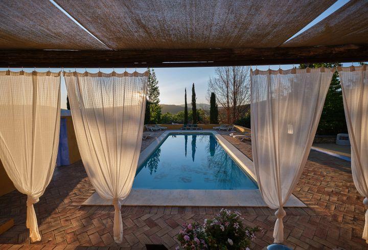 Vista de cortinas da piscina da Quinta do Barrieiro 8