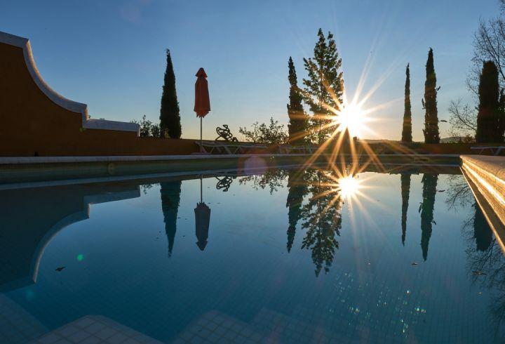 Amanhecer na piscina com vista panorâmica sobre as encostas da serra de são mamede