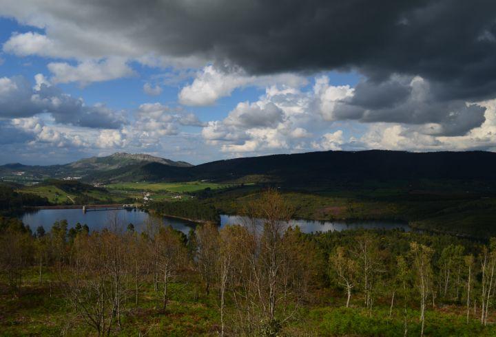 Vista sobre a barragem da Apartadura na serra de São Mamede