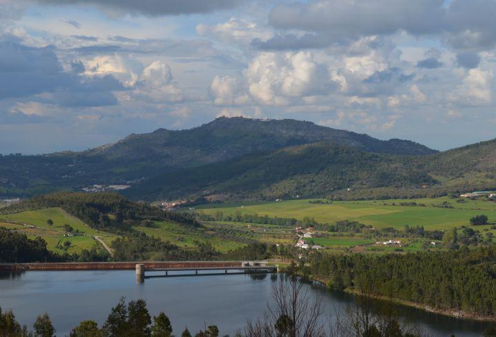 Vista sobre a barragem da Apartadura e o castelo de Marvão na serra de São Mamede