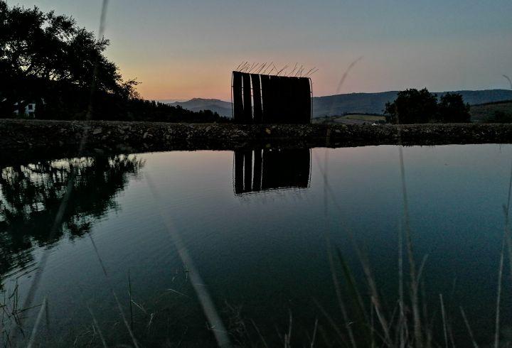 Vista sobre o lago e escultura de Maria Leal da Costa para o castelo de Marvão no pôr o sol