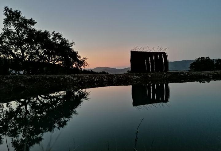 Vista sobre o lago e escultura de Maria Leal da Costa para o castelo de Marvão no pôr o sol 2
