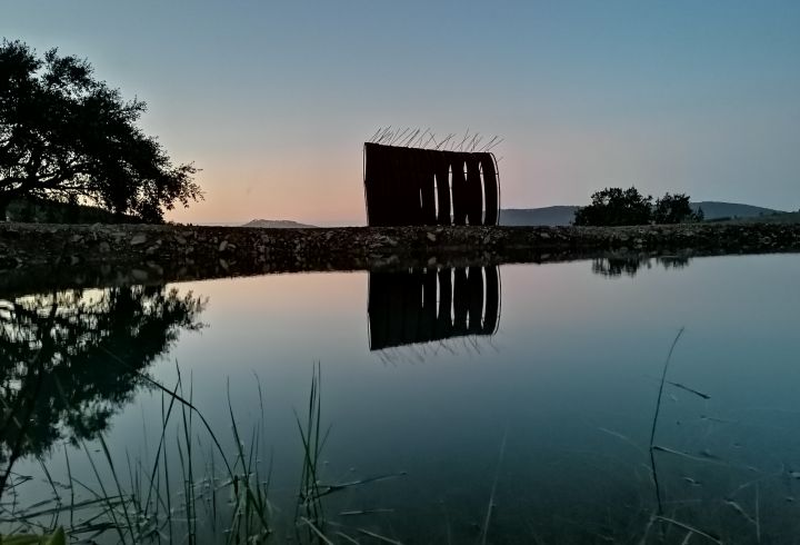 Vista sobre o lago e escultura de Maria Leal da Costa para o castelo de Marvão no pôr o sol 3