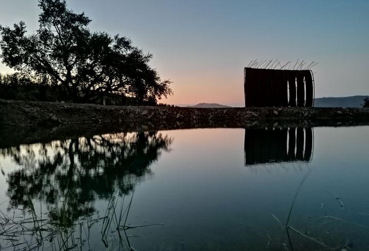 Vista sobre o lago e escultura de Maria Leal da Costa para o castelo de Marvão no pôr o sol 4