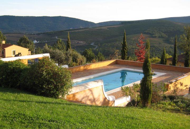 Vista para a piscina e montanhas da Serra de São Mamede